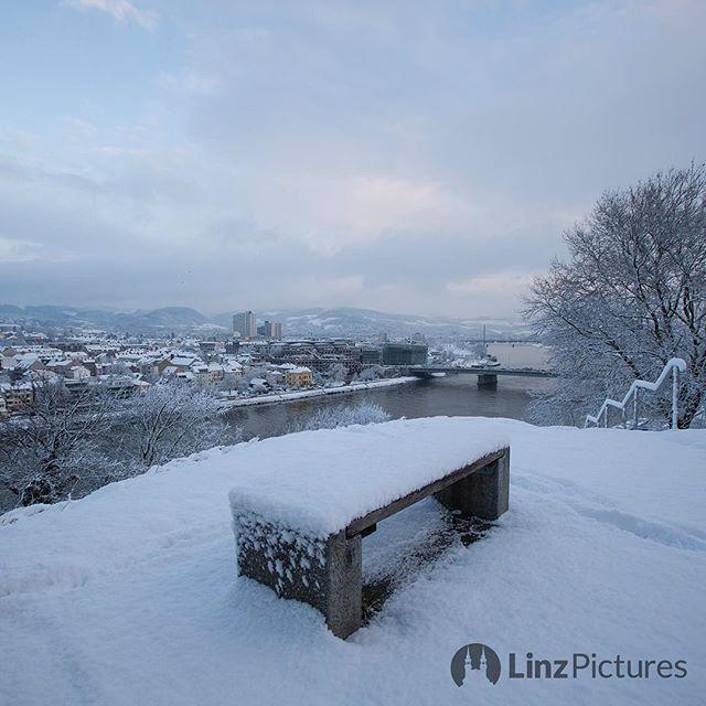 #winter  . Linz im Winter. . . . . #linz #urfahr #linzpictures #igerslinz #linzer #upperaustria #oberösterreich #view #blick #winter #winterwonderland #stadt #city #riverdanube #donau #skyline #mood #instaweather #igersaustria #starwars #starwars8 #citylife #nature #morning #travel #wanderlust #outdoor . . .  @linzpictures . . . @visitaustria @wintergoals @wetteronline@wetter.at