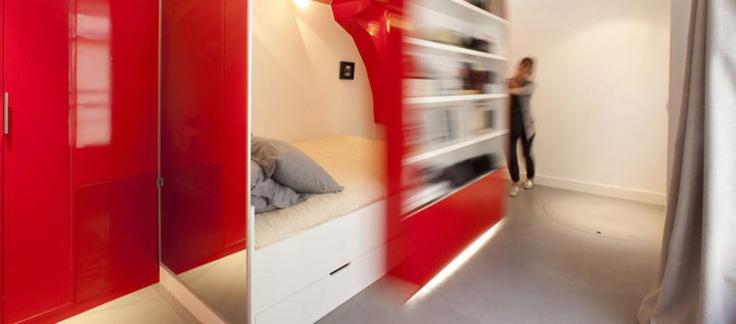 SMART FOR SMÅ LEILIGHETER: En skyvbar bokhylle løser plassutfordringen. (Foto: Benjamin Boccas/ Paulcoudamy.com)