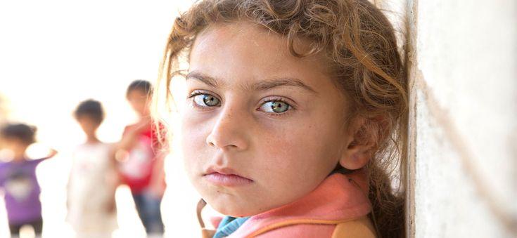 여섯살인 와파는 엄마, 동생과 함께 시리아를 떠나 레바논으로 왔습니다. 5개월 전 이곳에 도착한 이후로 와파는 말수가 부쩍 줄었고, 친구들과 잘 놀지도 않습니다. 와파의 엄마는 내전과 피난의 아픈 기억이 딸을 변하게 한 것 같아서 마음이 무겁습니다. http://unhcr.or.kr/unhcr/html/009/009008.html