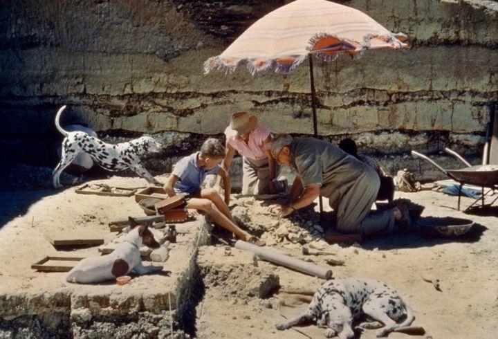 Luis Leakey et sa famille cherchant un hominidé ancien dans les gorges d.Olduvai