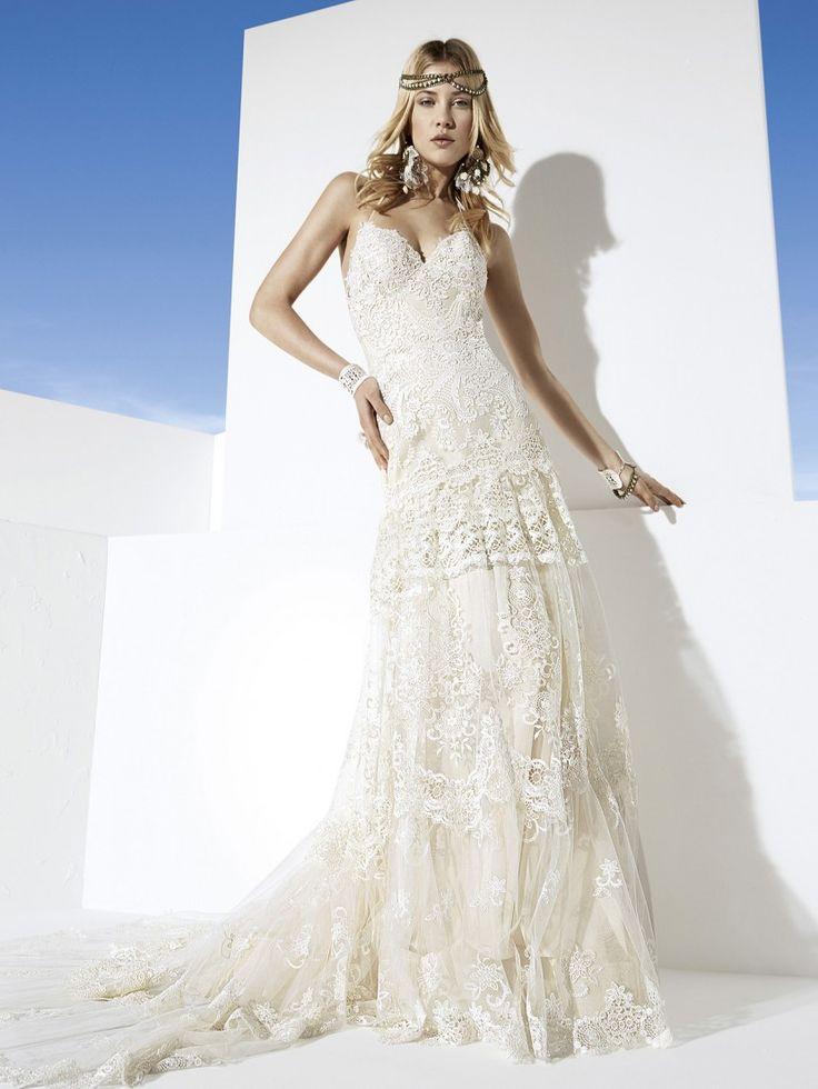 Сложный барочный рисунок эксклюзивного кружева украшает удлинённый лиф этого уникального свадебного платья линии «Boho Girl»