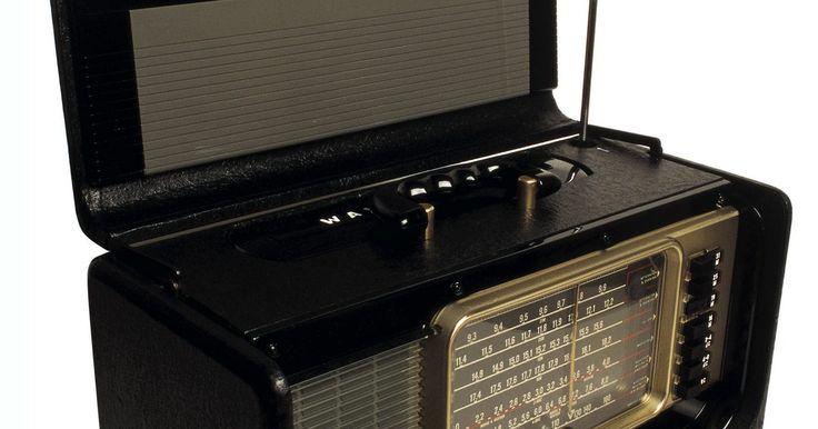 Cómo sintonizar conversaciones por radio en mi computadora portátil. La mayoría de las computadoras están equipadas con un dispositivo Wi-Fi, que es un transceptor de radio frecuencia, aunque no es capaz de recibir las frecuencias más bajas en las bandas AM, FM u onda corta. Software Defined Radio (SDR) utiliza una computadora para controlar un receptor de radio y proporciona una salida de audio. Muchos de los ...