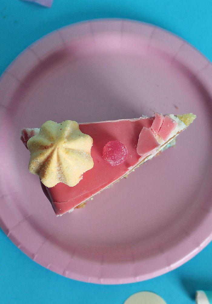 Torta caramella con ghirlanda di caramelle! Scopri la ricetta di questa drip cake e la decorazione DIY sul blog!