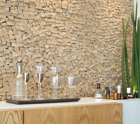 Detalhe de parede revestida com mosaico de pedra portuguesa em espaço para bar. Projeto de decoração e design de interiores para apartamento de 180 m2 no bairro de Moema. Móvel em freijó e laca branca da Dpot e objetos da LS Selection.