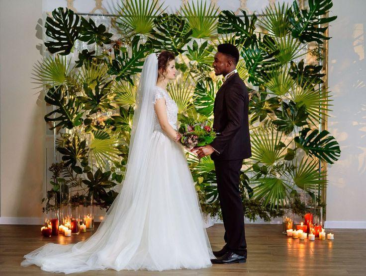 Свадебный декор в зеленом цвете, экостиль, тропические мотивы для межкультурной свадьбы.