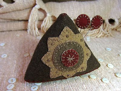 Primitive-Folk-Art-Wool-Wonky-Pyramid-Pincushion-Star-Pinkeep-Triangle-Toy