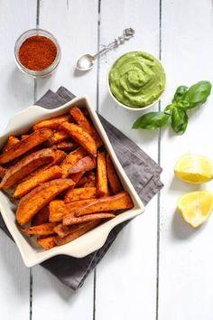 Harissa-Süßkartoffeln mit scharfem Avocado-Dip - glutenfrei, ohne raffinierten Zucker, vegetarisch, vegan - de.heavenlynnhealthy.com