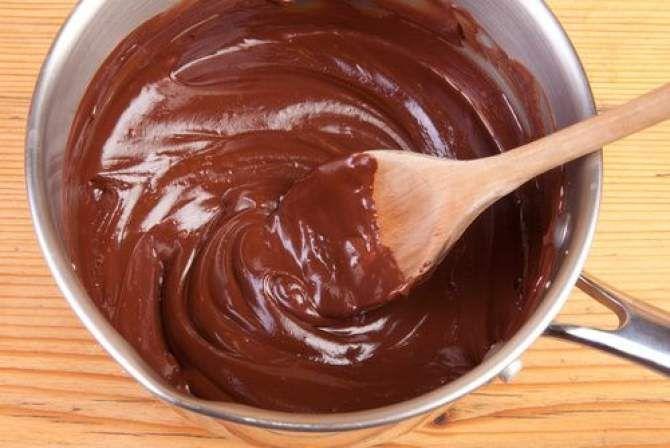 Folosita in mai toate preparatele ciocolatoase, fiind ideala pentru a orna ori a umple diverse sortimente de prajituri, bomboane, tarte, torturi, etc, crema Ganache a luat nastere dintr-o greseala, asa ca multe alte lucruri de care ne bucuram astazi.