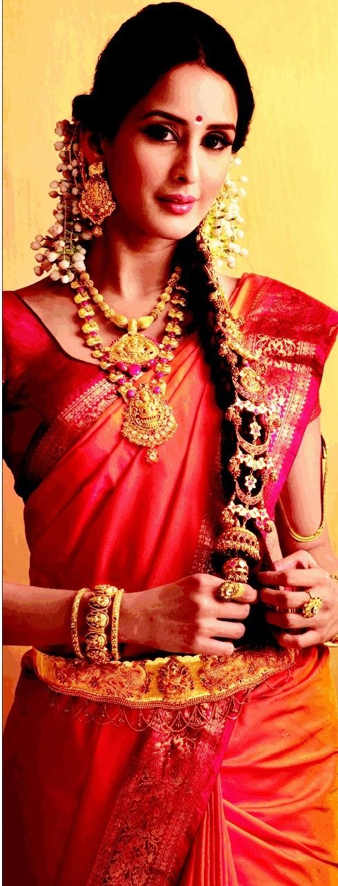 Southern Indian bride wearing bridal saree, jewellery and makeup