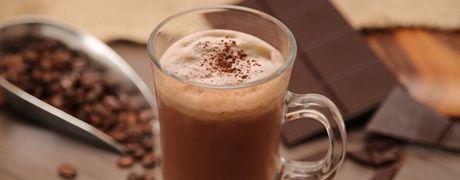 Healthy Shakes   SORTERENPREP (VOORBEREIDING) Vegetarisch5 minuten Ingrediënten  250 ml koude koffie (gezet) IJsklontjes tot de gewenste dikte 1 zakje Shake-It! Chocolade Directions  Doe de koffie, het Shake-It! Vanille-poeder en de ijsblokjes in een blender.  Mix tot een glad mengsel en serveer meteen.