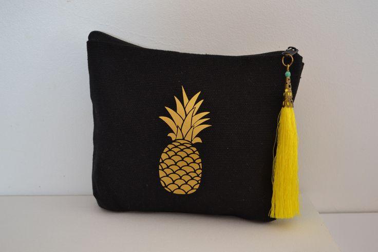 Trousse maquillage bohême noire avec ananas et grand pompon jaune : Trousses par cala-di-mare