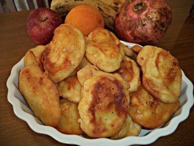 Συνταγή για τηγανίτες με τυρί Από τη Σοφη Τσιωπου.Η τέλεια ιδέα για βραδινό στα παιδάκια μας!!!  Η για πρωινό!μονο με 4 υλικά    αλεύρι για όλες τις χρήσεις ρίχνεται σιγα σιγα με το μάτι  ,1 αυγό,  λίγο νεράκι  μια πρέζα αλάτι  τυρί