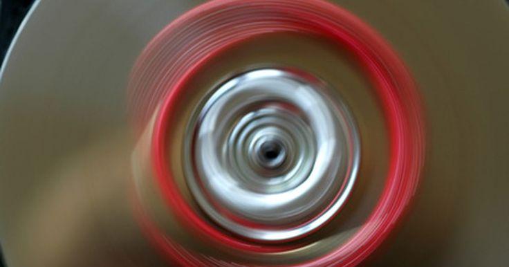Cómo reparar un motor eléctrico. Todos los motores eléctricos contienen cableados de cobre en la armadura e imanes que se fijan a la carcasa externa. La electricidad pasa por los cables hacia los cepillos de carbono. Los imanes repelen la energía eléctrica y fuerzan a la armadura en el motor a rotar. Puedes revisar las conexiones de los cables, los rodamientos y los cepillos tú ...