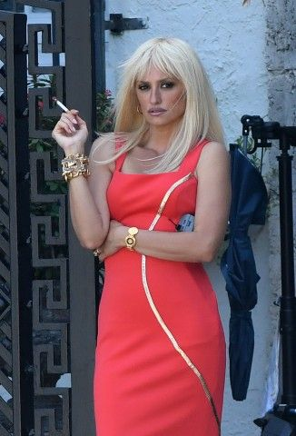 Penélope Cruz biondissima è Donatella Versace