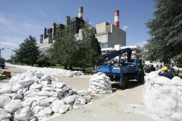 Sandbags and flood defences for the Tesla Power PLant. Photo ECHO