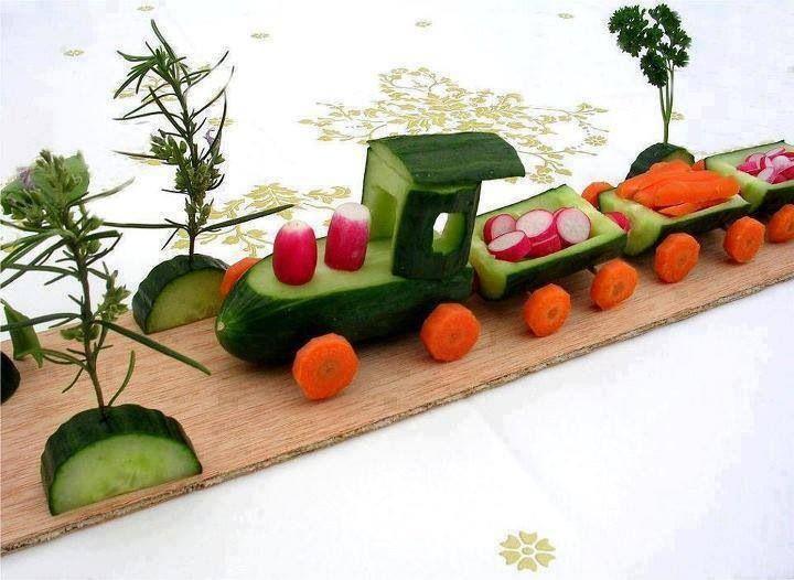 Tjoek tjoek, daar komt de groentetrein al aan. De trein is gemaakt van komkommer en wortel. En wie de passagiers zijn? Dat mag je zelf bedenken!
