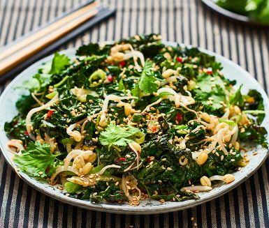 En kålsallad med asiatisk smakpalett ger en spännande variation på salladsbordet. Ingefära, sesam, koriander och chili blir ett särdeles gott sällskap till svartkålen. En riktig vintersallad som ska serveras varm.