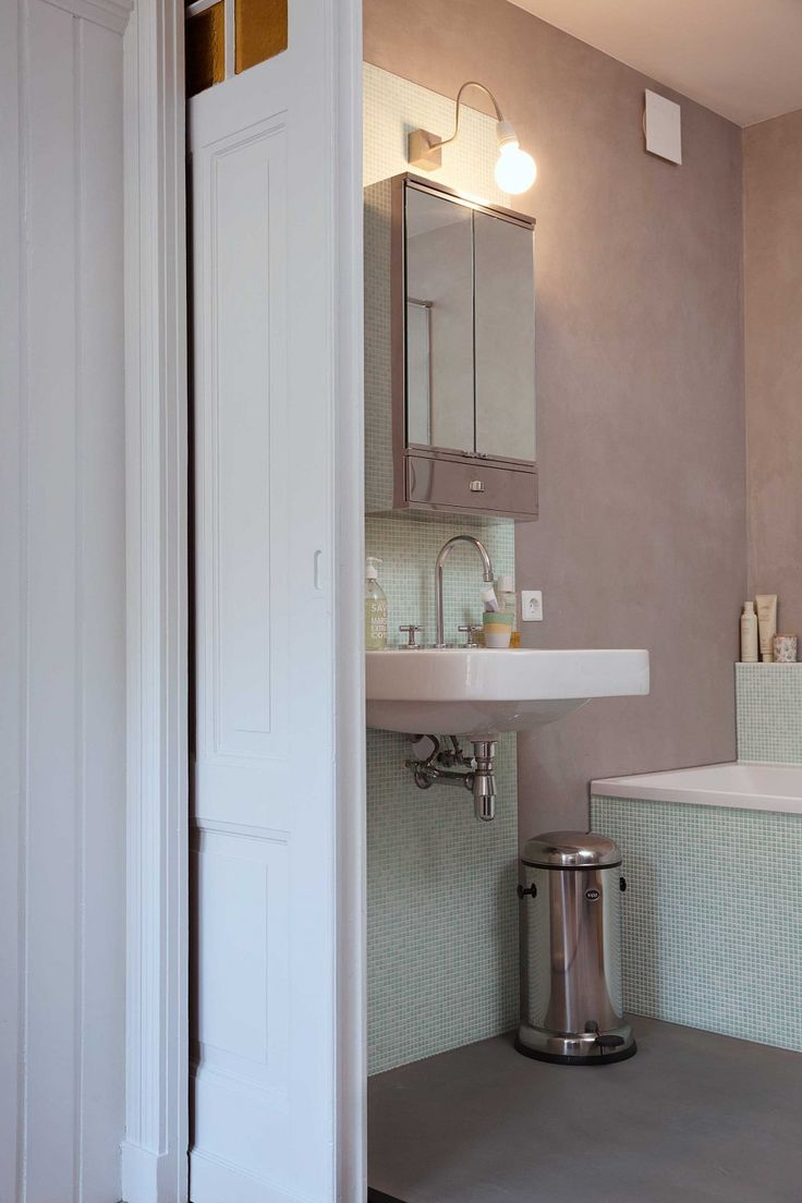 badkamer in lichtroze | light pink bathroom | vtwonen 01-2017 | Fotografie Dana van Leeuwen | Tekst Caroline Westdij