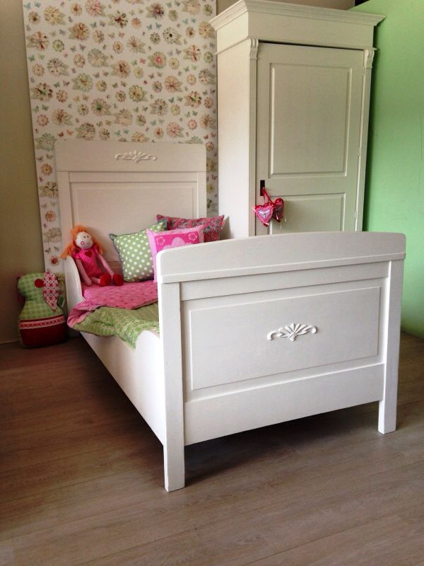 Sierlijk, robuust antiek eenpersoons bed, mat wit  afgelakt. Voor meer details en onze voorraad antieke bedden kijk op www.olijk nl