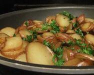 Dans cette recette, les pommes de terre sont tranchées, ce qui augmente leur surface et leur permet de bien rôtir. Pour en faire un de mes repas favoris, accompagnez‑les de côtelettes de porc et de sauce aux champignons.