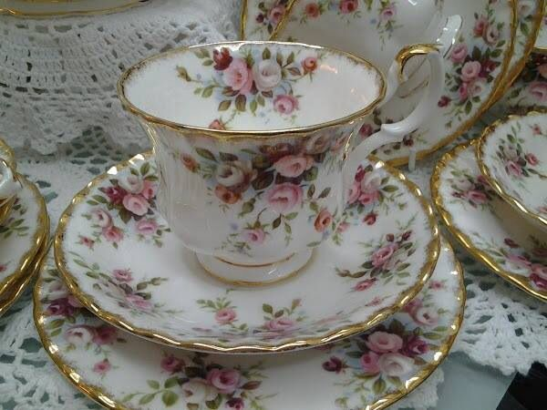 Šálek na čaj trio * porcelán, zdobený zlatem a ručně malovanými růžičkami ♥