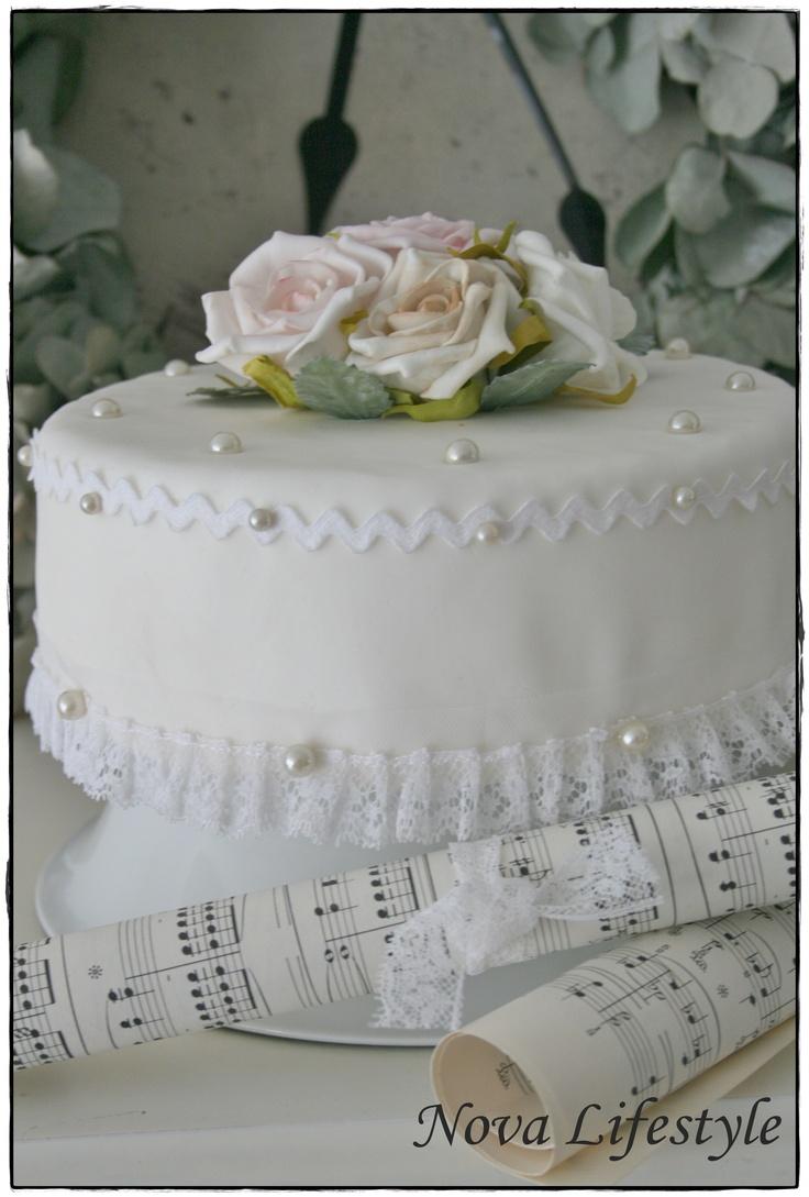 Workshop brocante siertaart maken. Deze taart blijft jaren goed. Je mag de taart versieren met o.a. kant, lint, rozen, parels. Voor meer info. kunt u terecht bij info@kransenenrozen.nl