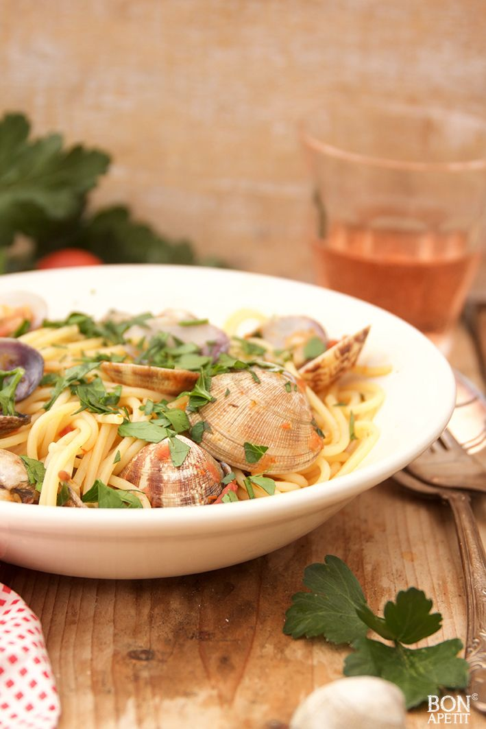 Een van de allerlekkerste spaghetti's is wel spaghetti Vongole, je proeft Italië bij elke hap die je neemt. Wil je deze pasta ook maken? Kijk op BonApetit!