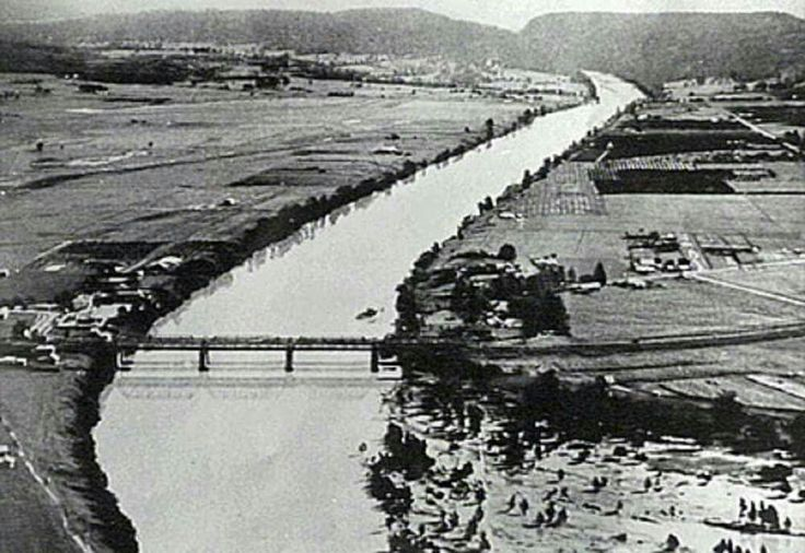 Aerial view of Victoria Bridge (Nepean Bridge) over the Nepean River, looking south across Penrith and Emu Plains in the 1930s. Penrith City Council.