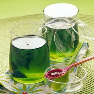 Laver la menthe et la sécher dans un torchon. Réserver 4 petites branches. Porter 80 cl d'eau à frémissement, y mettre le thé vert et la menthe, puis laisser infuser 5 minutes. Au bout de ce temps, filtrer l'infusion chaude dans une cocotte à fond épais, y jouter le sucre et le jus du citron. Mélanger pour dissoudre le sucre. Porter à ébullition vive pendant 5 minutes, sans cesser de remuer. Hors du feu, ajouter le sirop de menthe pour donner de la couleur. Remplir les pots de confiture…