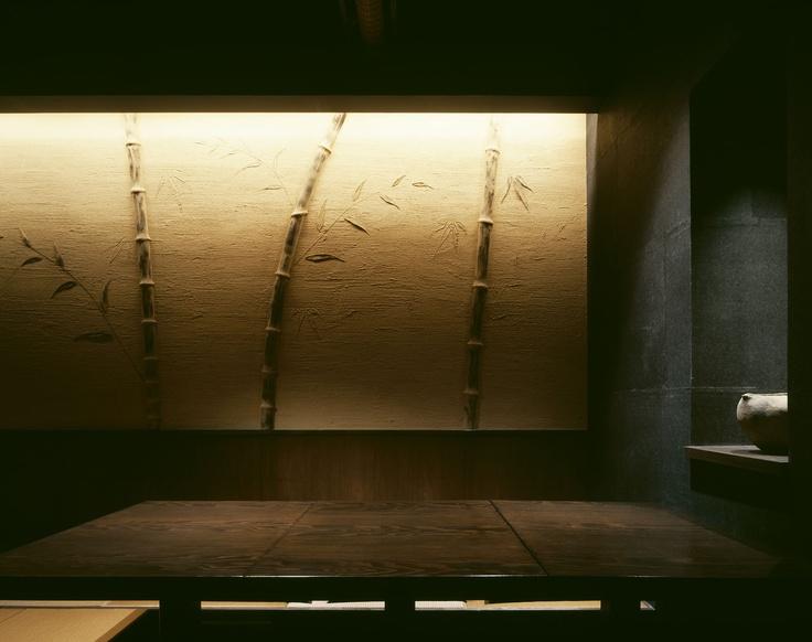 竹の壁が和を醸し出しています。