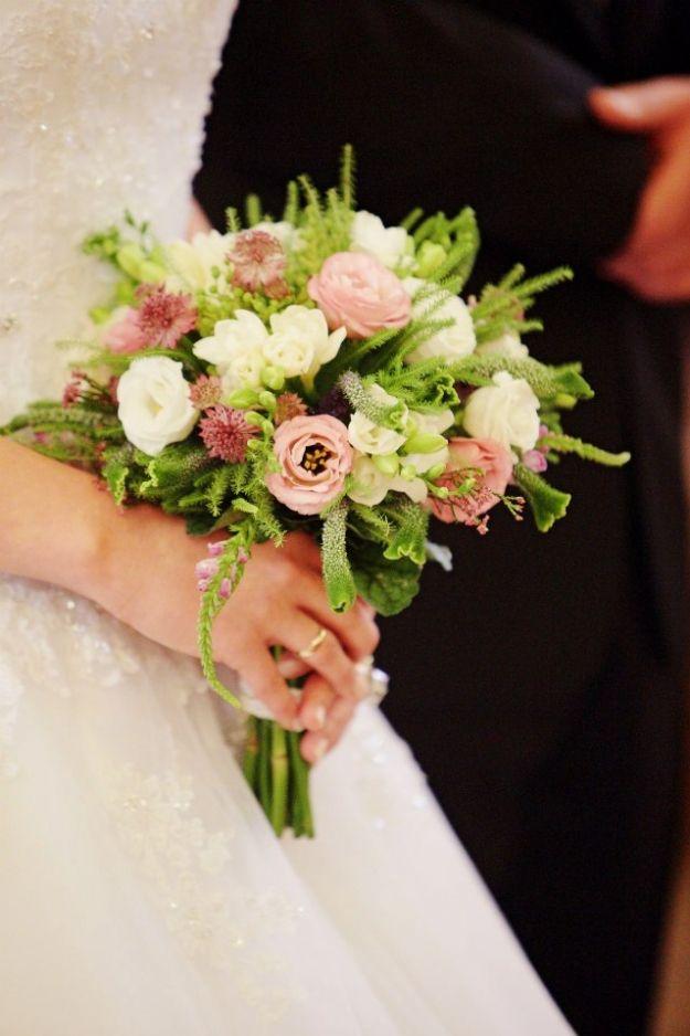 Romantyczny bukiet z eustomy białej i różowej oraz pachnącej frezji