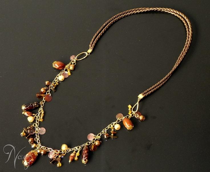 Necklace made with brown leather string, fashion gold chain, brown nacar beads, brown crystal beads and more. Collar hecho con cuero, cadena dorada de fantasía fina, cuentas marrón de nacar, cristales checos y otros.
