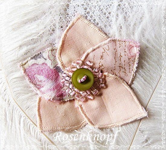 Zart rosa Blütenbrosche, deren Stempel ein Vintage-Knopf und aufgestickte rosafarbene Perlen bildet♥