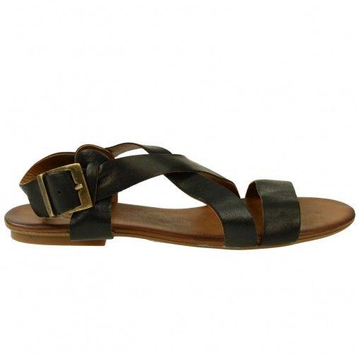 Deze leren sandalen zijn gemaakt van soepel materiaal voor extra comfort.  De gesp is van