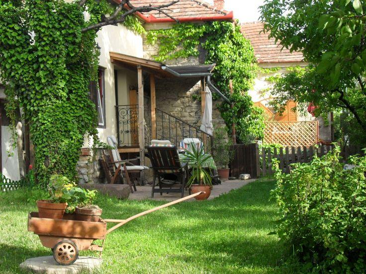 A száz éves kőházban két mediterrán hangulatú, minőségi apartman áll a vendégek rendelkezésére. Mindkettő külön bejáratú,…