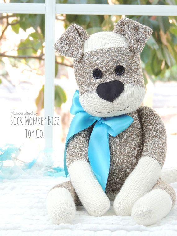 Sock Monkey Doll, chiot - un Design de Bizz Sock Monkey Original; fait ses débuts en 2010  ~ * ~ Important ~ * ~ Production de jouets de qualité supérieure qui va soutenir des années d'amour et de jouer est ma priorité. Sock Monkey Bizz poupées sont conçues pour être plus poupée, tout comme le torse de d'autres poupées de 18 pouces style. En raison de la nature du travail avec des chaussettes, remplissage supplémentaire est nécessaire pour remplir le corps de la poupée, plus précisément la…