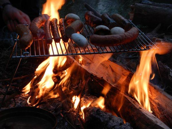 Składany ruszt na ognisko umożliwiający grillowanie i gotowanie w naczyniach