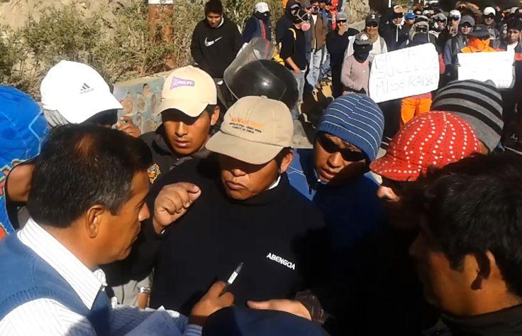 AREQUIPA. Obreros de empresas contratistas bloquean Vía de ingreso a Cerro Verde en Uchumayo http://hbanoticias.com/11377