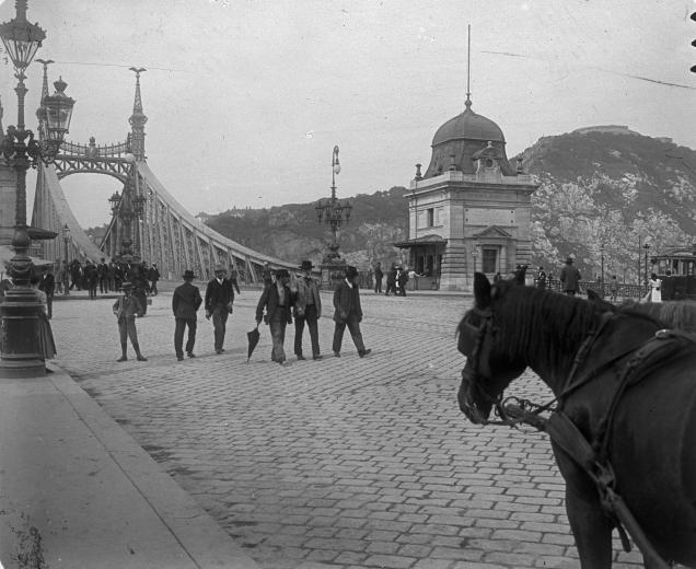 Budapest, IX. Fővám tér, a Szabadság (Ferenc József) híd pesti hídfője.