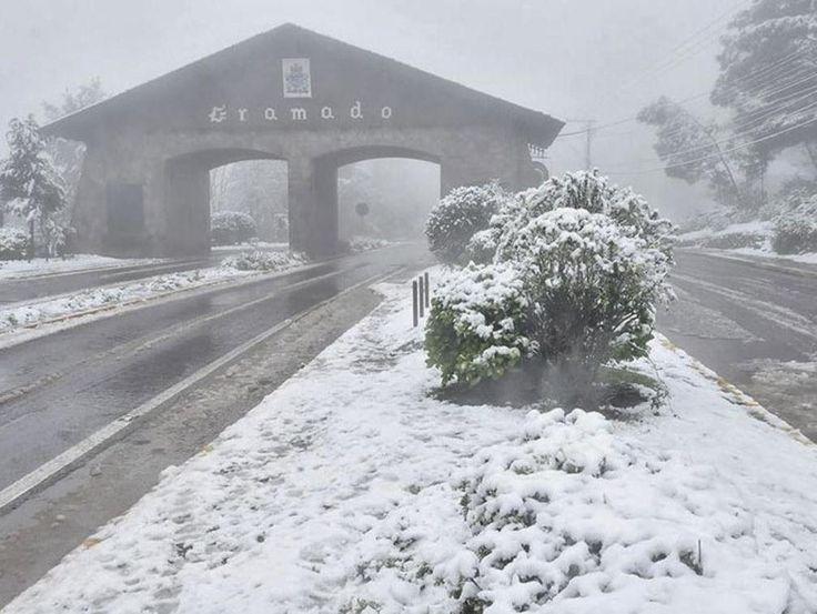 O Pórtico Via Nova Petrópolis coberto de neve num dia de inverno rigoroso com temperaturas abaixo de 0ºC, com fortes geadas e nevadas ocasionais.