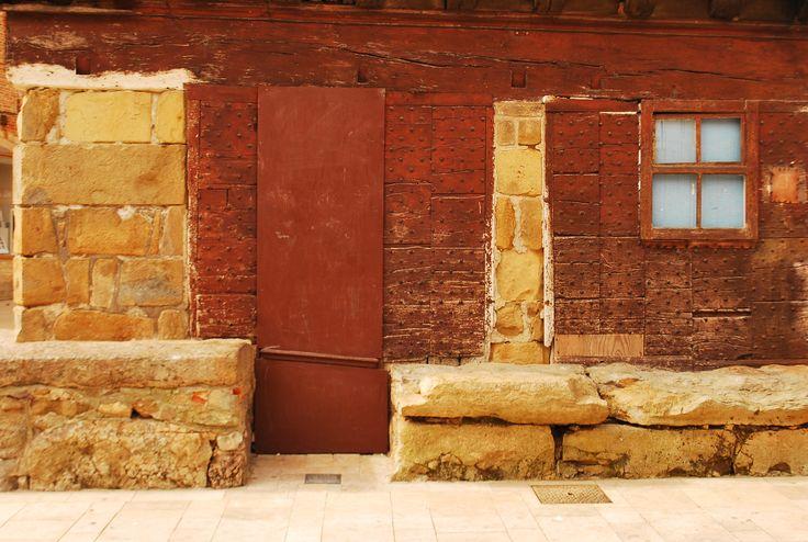 Même les pierres permettent d'affirmer la caractère de la devanture du magasin ...à St Céré.