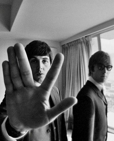 John Lennon con #gafas de sol acompañado de Paul McCartney #celebrities