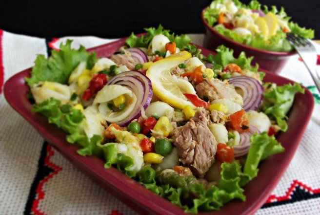 Retete Culinare - Salata de legume mexicane cu paste, leurda si ton