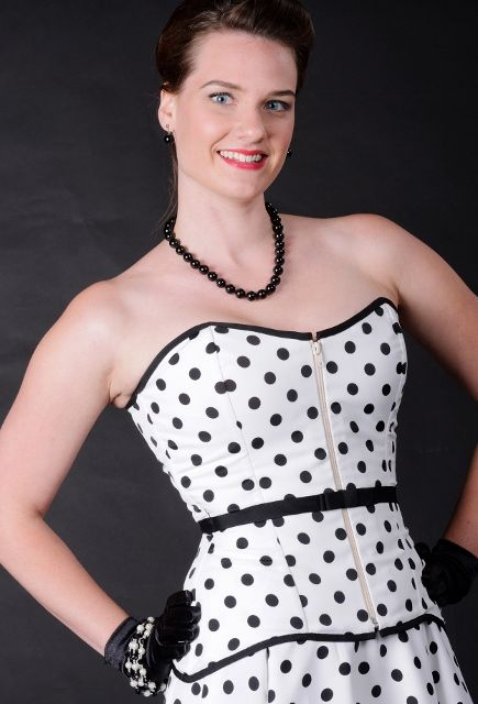 Invisible bone casings are perfect for strapless sundress looks. Learn how during my Craftsy class