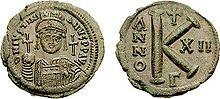 Justinien fut un des 1° empereurs à être représenté avec une croix sur une pièce. Demi-follis daté de 538 - IVOIRE BARBERINI. 3) IDENT. DE L'EMPEREUR. 3.2 HYPOTHESE DE JUSTINIEN, 10: Le rapprochement de cette statue avec l'empereur triomphant de l'ivoire Barberini se justifie d'autant plus qu'elle formait en réalité un véritable groupe statuaire à l'Augustaion complété par les statues de 3 rois Barbares offrant leur tribut à l'empereur, l'équivalent du motif sur la plaque inférieure du…