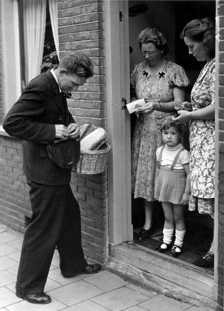 Bakker met broodmand en geldtas rekent af met huisvrouwen aan de deur.