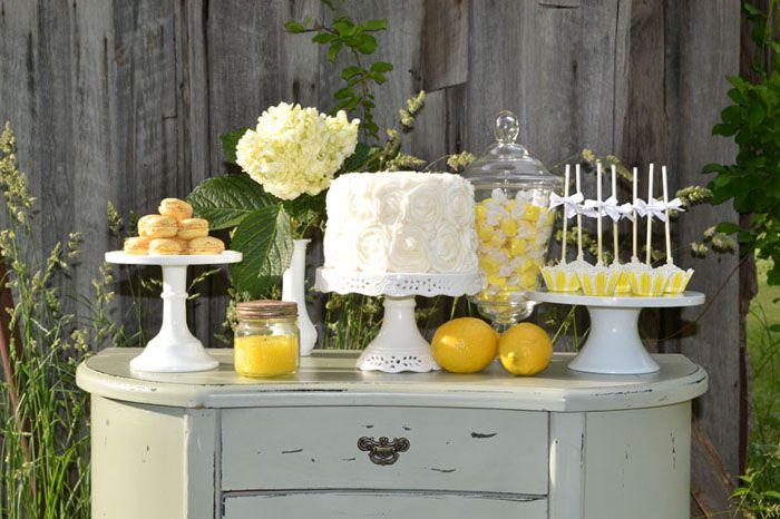 Una mesa de dulces en amarillo y blanco / A white and yellow sweet table