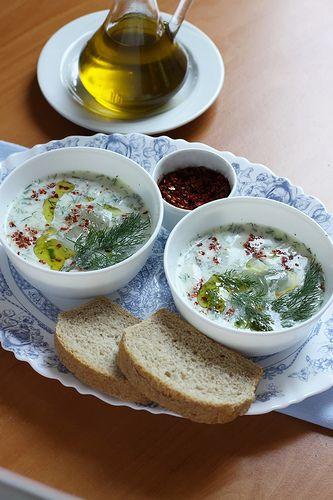 Cacik: Turkse dikke yoghurt, verse knoflook, verse en gedroogde munt, een scheutje olijfolie. #nietteversmaden