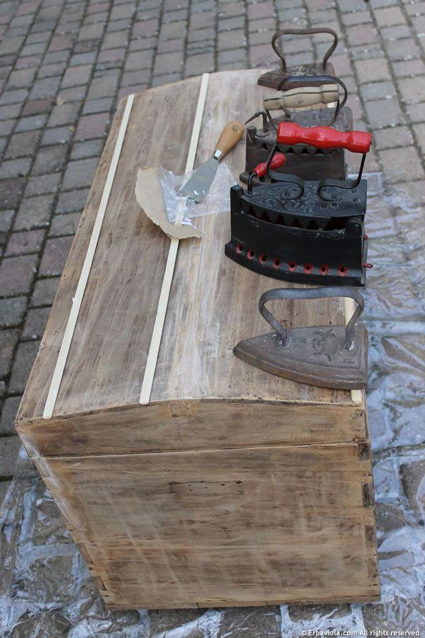 Restauro e riparazione di un baule di fine '800 - Repairing and restoring an old trunk - Erbaviola.com - Grazia Cacciola - http://www.erbaviola.com/2014/03/02/come-restaurare-un-vecchio-baule-seconda-parte.htm