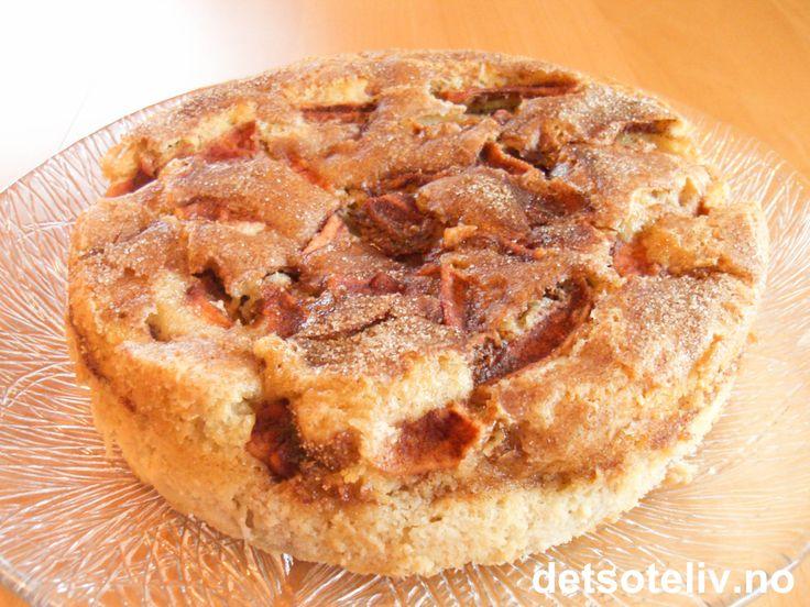"""Dette er oppskriften på """"Apple Cake with Cinnamon Sugar Topping"""" fra berømte """"Magnolia Bakery"""" i New York (kjent fra TV-serien Sex og singelliv). Kaken er superdeilig, supermyk og med mye god smak av epler, sukker og kanel. Oppskriften er hentet fra den populære oppskriftsboken """"More from Magnolia"""" (2004). Se også oppskrift på de verdensberømte muffinsene """"Magnolia Chocolate Cupcakes"""" og """"Magnolia Vanilla Cupcakes"""" fra samme bakeriet."""
